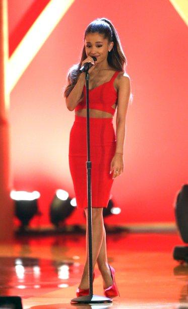 2014 - Nem míni, nem longo! Ariana mostra que as baixinhas (ela tem 1,53) podem sim usar o comprimento mídi!
