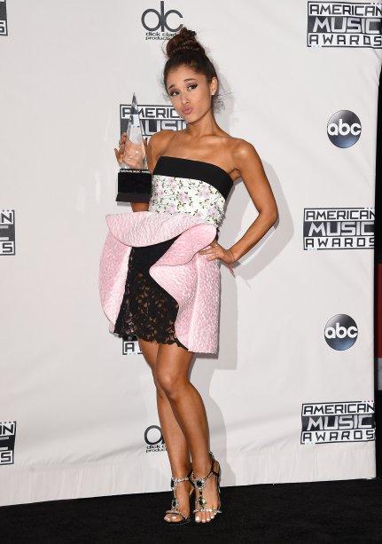 2015 - Ela usou um modelito todo diferentão daqueles aos quais estamos acostumadas a ver noAmerican Music Awards.