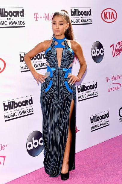 2016 - Muitos recortes e uma fenda poderosa no longo escolhido para o tapete vermelho doBillboard Music Awards.