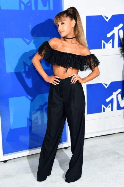 2016 - Já noMTV Video Music Awards, ela apostou em uma combinação moderninha de top ciganinha com calça pantalona e choker. Linda!