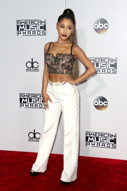 2016 - No red carpet do American Music Awards, ela apareceu toda linda de top tipo lingerie e calça branca.