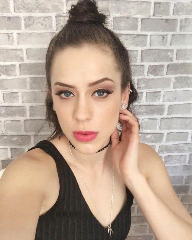 Sophia Abrahão com half bun