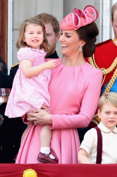 Fofura dupla: Kate Middleton e a princesa Charlotte representando a realeza!