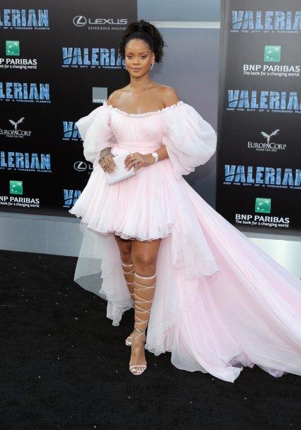 Rihanna toda diva de Giambattista Valli no red carpet do filme Valerian.