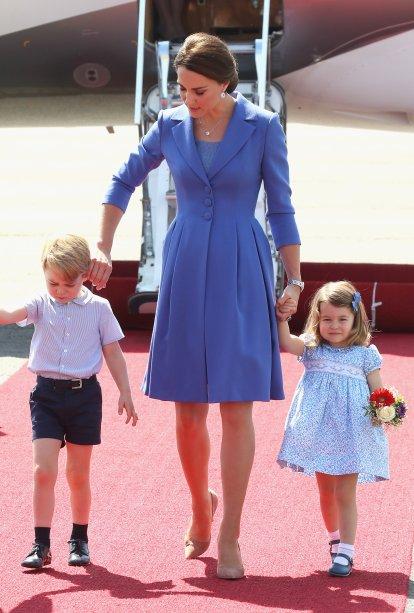 Kate Middleton combinando tons de azul com o príncipe George e a princesa Charlotte (faltou o caçula, o príncipe Louis). É muita fofura!