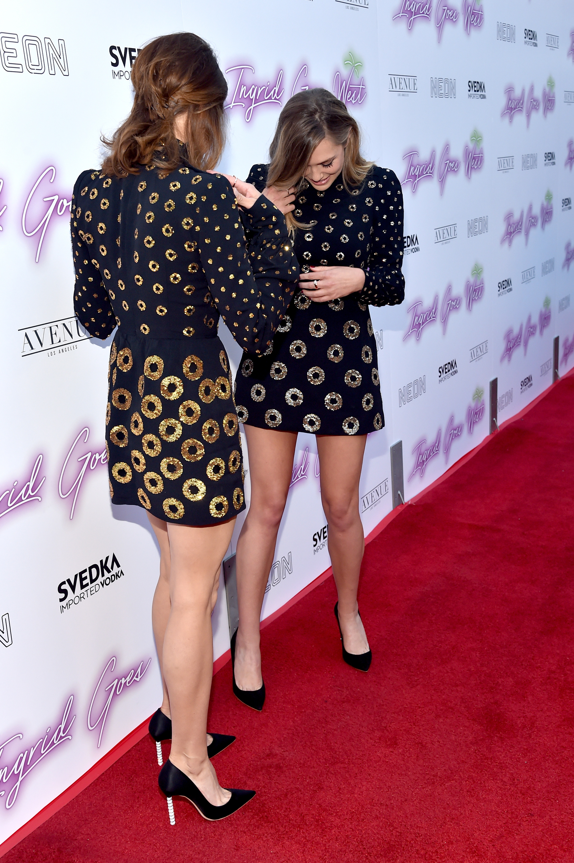 Elizabeth Olsen e Aubrey Plaza mesmo look red carpet