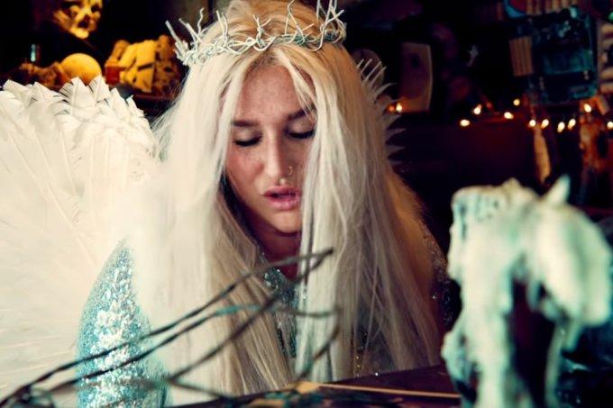 kesha-praying