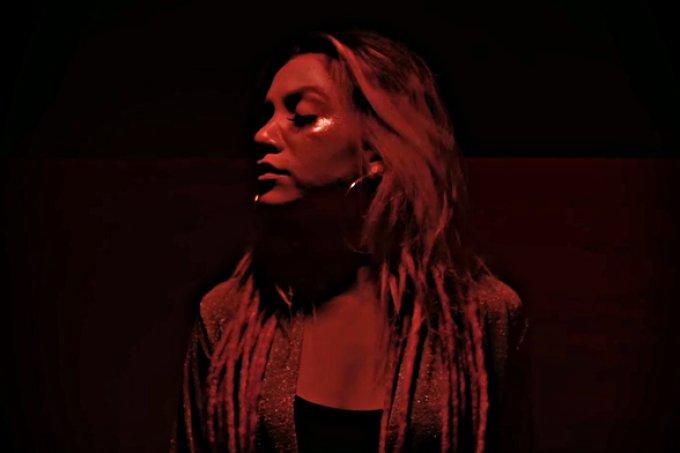 Nada mais importa: Priscilla Alcantara lança clipe de 'Tanto Faz'