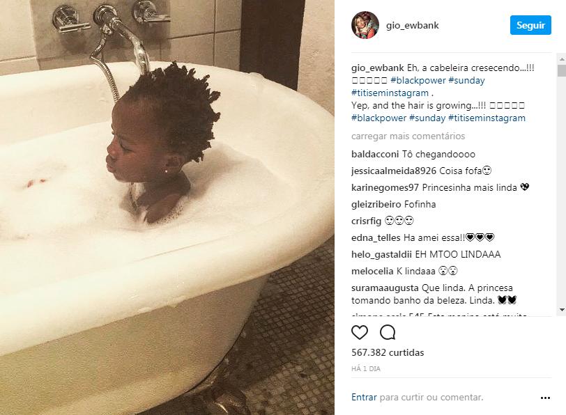 titi tomando banho banheira cabelo natural
