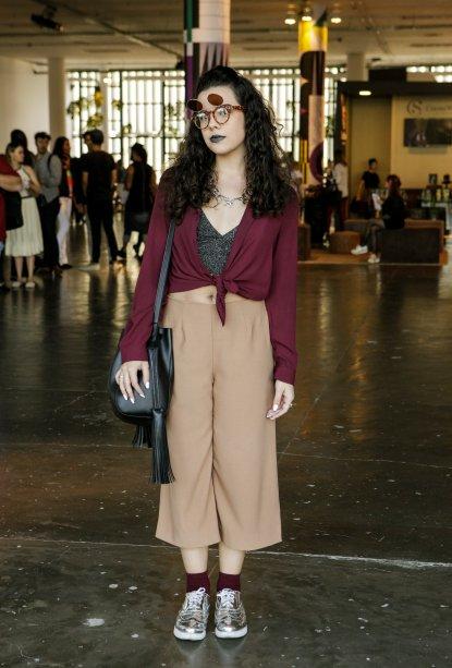 Outra calça pantacourt. O look da Laryssa Alarcon tinha uma paleta de cores mais escura. E as meias, da mesma cor que a blusa, deixaram tudo mais legal.