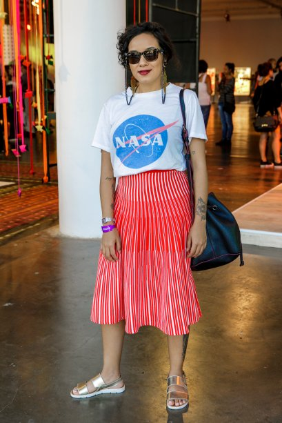 T-shirt básica + saia mídi colorida. A combinação da Jessica Vieira, 25 anos, foi mais uma com peça colorida baphônica.
