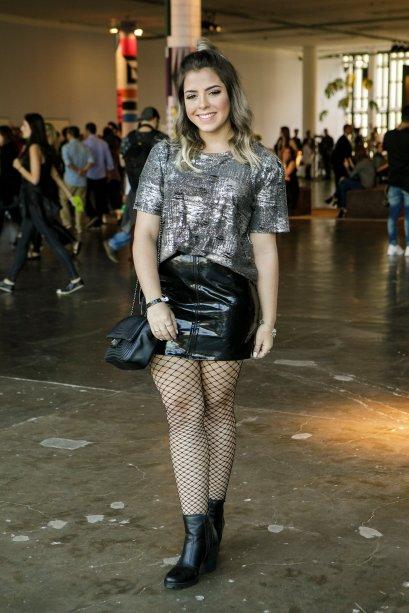 A tendência do verniz apareceu no visu da Carolina Vieira. Para completar o estilo rocker, meia arrastão e t-shirt metalizada.