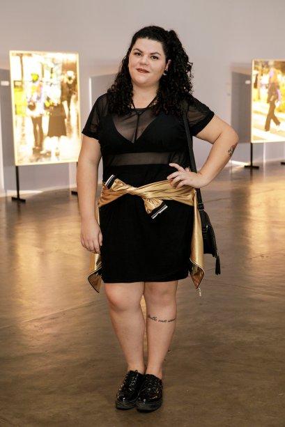 A jaqueta dourada turbinou o look da Aline Paz. Amarrada na cintura, a jaqueta colorida é um truque fashionista.
