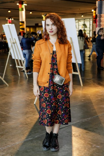 Mais uma jaqueta colorida! O vestido estampado com moletom laranja ficou bem estiloso na Marina Acrina.