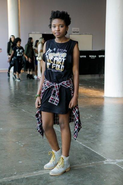 Aqui a camisa xadrez na cintura bombou o vestido da Marie Luambo.