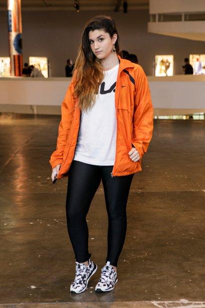 Look bem confortável e uma peça lacradora. Tais Teixeira também escolheu uma jaqueta colorida para turbinar a produção.