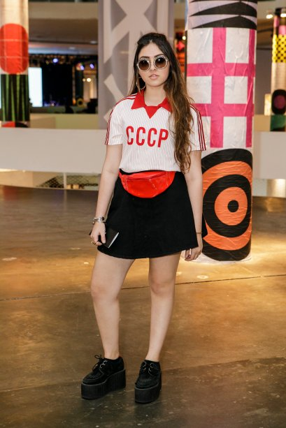 A Sophia Fuke escolheu uma pochete de verniz para entrar na tendência. O visu college ainda contava com polo e saia rodadinha. Fashionista!
