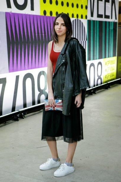 Ana Lúcia Fernandes apostou no body com saia mídi e também arrasou. uma bolsinha divertida faz a diferença, né, miga?