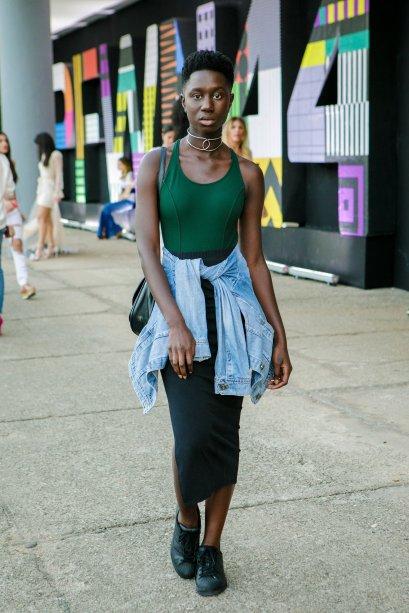 Comprimento mídi apareceu com força no evento. A Nerida Cocamaro escolheu uma saia com body verde lacrador e ainda turbinou o visu com jaqueta jeans na cintura. Estilosa!