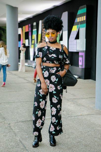 Conjuntinhos também são muito fashionistas. A Regianne Ahadi se jogou no cropped com calças floridas e lacrou!