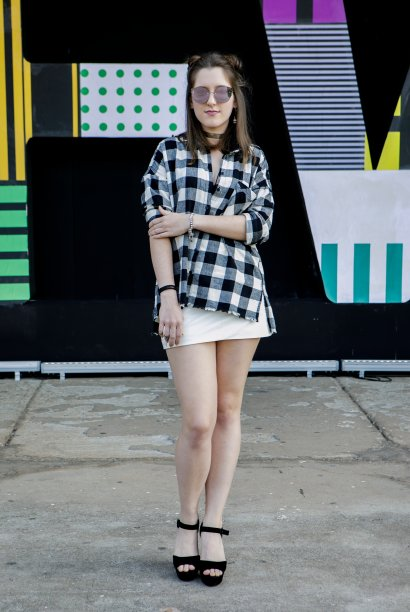 Mais uma vez o xadrez. Isabella Lazarin apostou em uma camisa preta e branca com minissaia e lacrou!
