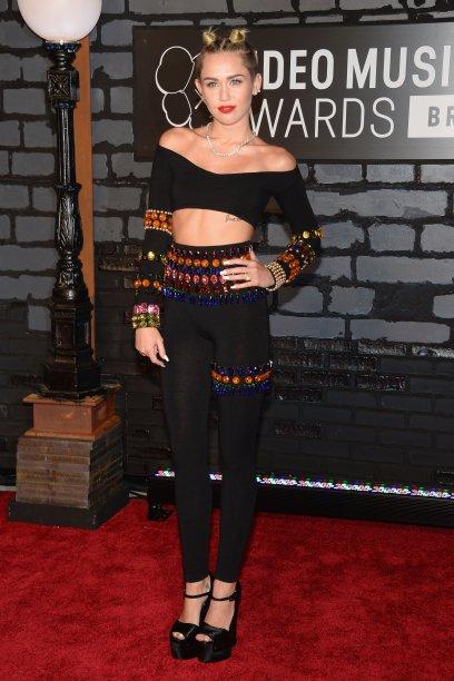 Já a Miley Cyrus substituiu os tradicionais vestidos por um cropped usado com calça justinha. Já que o evento é superdescolado, porque não apostar em um visu moderninho, né? Miley arrasou!