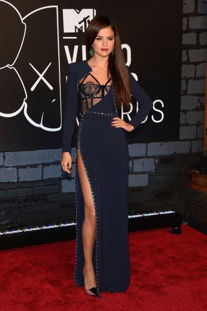 A edição de 2013 foi recheada de tiros! Um deles foi o vestido Versace que a Selena Gomez usou - o detalhe tipo lingerie e a fenda deixaram o modelo lacrador!