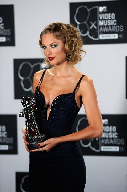 E ela não deixava de tentar outros comprimentos. No VMA de 2013,Taylor antecipou o cabelo curto com esse falso short bob