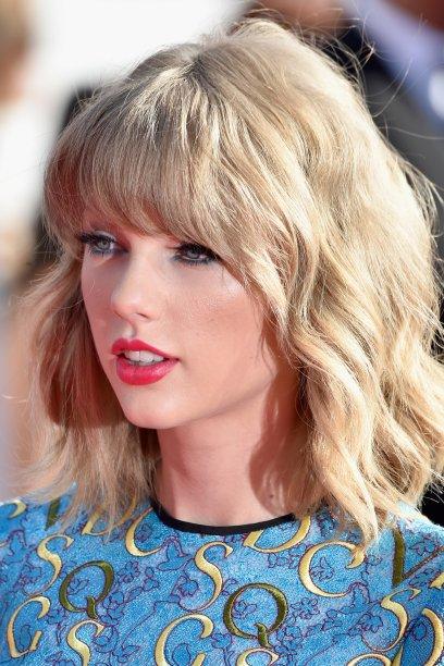"""No VMA de 2014, logo após o lançamento do single """"Shake it Off"""", Taylor apareceu, novamente, com uma franjinha"""