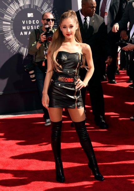 20014- Ariana Grande deixou os vestidinhos românticos com scarpin para trás e apareceu lacradora com um microvestido de couro + botas over the knee, marcando sua nova fase fashionista.