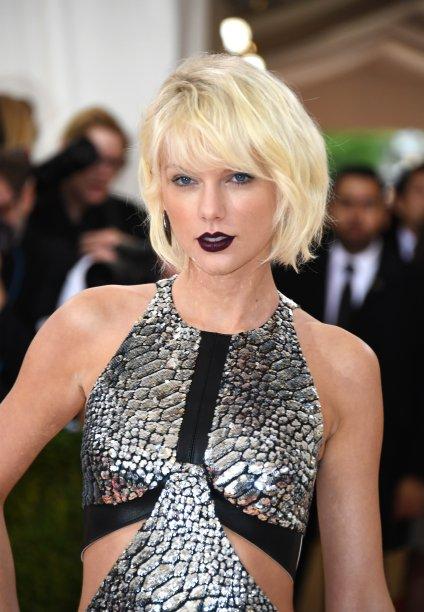 Mas a grande mudança ainda estava por vir. Apesar dos comprimentos diferentes, foi a primeira vez que Taylor ousou na cor. O cabelo platinado apareceu no Met Gala de 2016