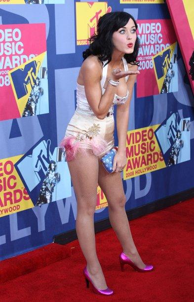 Vamos começar com um look bem antiguinho, de 2008. Como não amar a versão pin-up da Katy Perry? A cantora amava usar tops com hotpants. Musa!