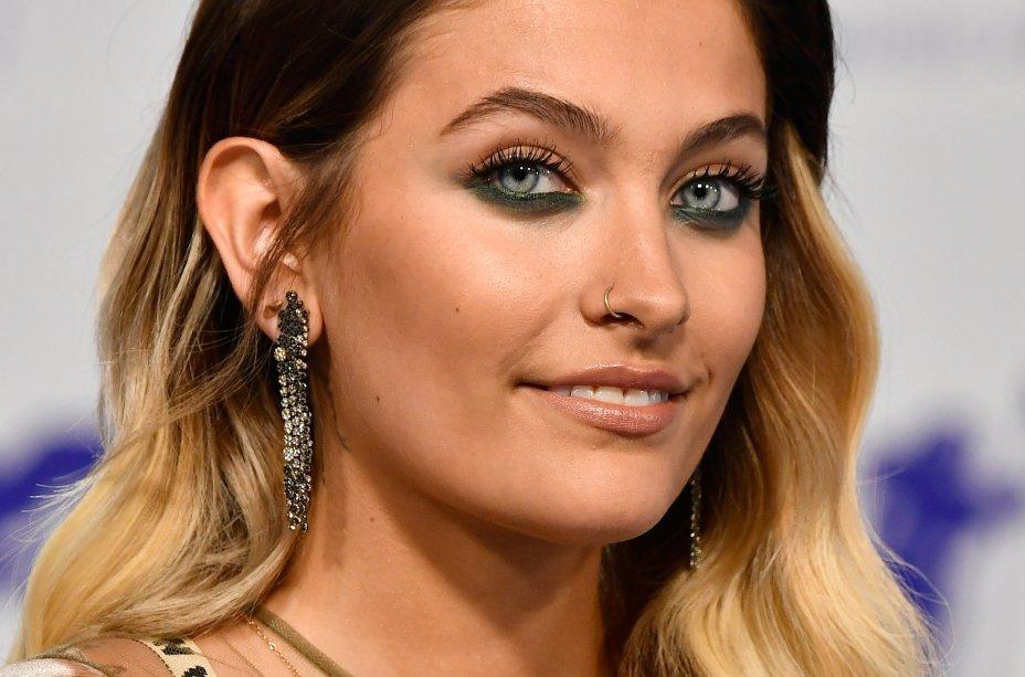 Paris Jackson ficou ainda mais maravilhosa com esse delineado azul rente aos cílios inferiores - que destacou seus olhos! Na pele, uma base iluminada e um blush pêssego tornaram o make mais natural.