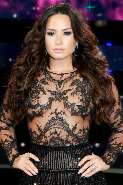Demi Lovato caprichou na pele bronzeada e no contorno. Nos olhos, uma sombra marrom esfumada, um pouco de lápis preto e cílios postiços aumentaram o olhar.