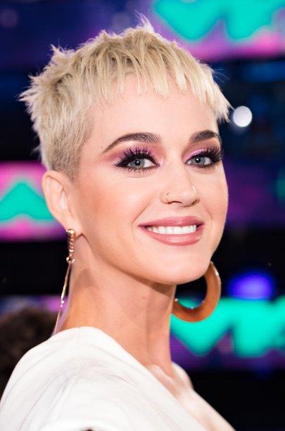 Katy Perry caprichou no olhar! Com uma pele mais natural e um batom cremoso, a apresentadora da noite apostou em tons de rosa para a sombra, criando uma espécie de gatinho um pouco mais afastado dos cílios.