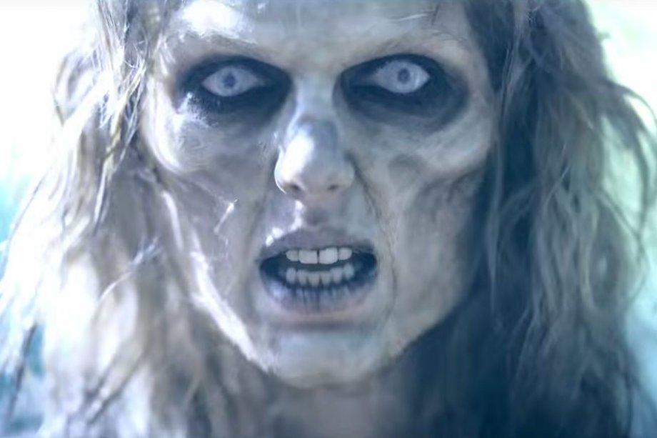 O clipe começa com uma ótima inspiração para o Halloween, haha! Taylor apostou no visual zumbi para impactar todo mundo no início do clipe.