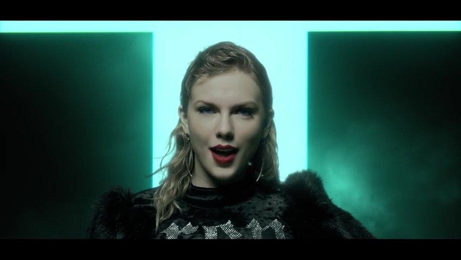 O batom vermelho é quase a única maquiagem usada neste look. Taylor preferiu deixar o destaque nos lábios e só investiu em uma pele bem feita.