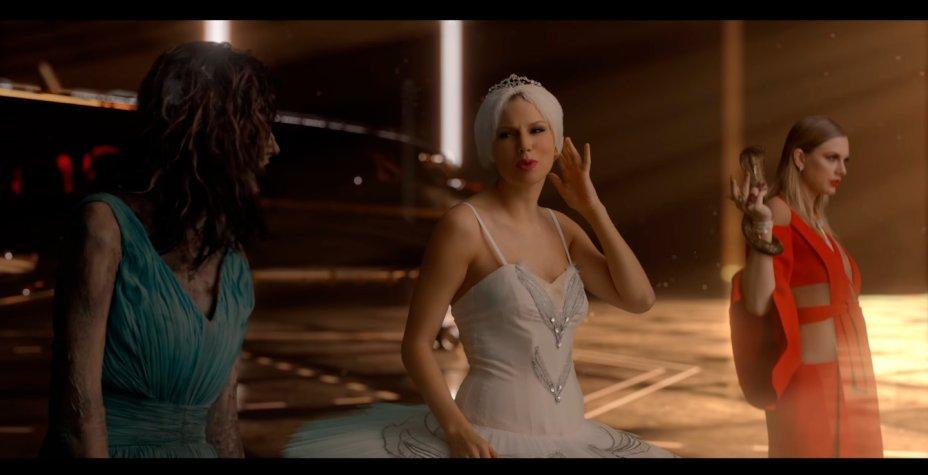 """A Taylor de """"Shake It Off"""" aparece com uma maquiagem bem girlie: delineador, blush e batom rosado."""