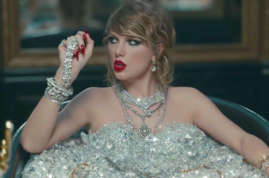 Bem ~perigosa~, Taylor apostou no esfumado preto gatinho e lábios vermelhos brilhantes.
