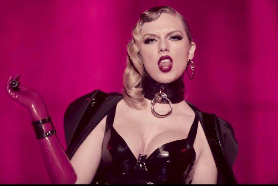 Nesta maquiagem, Taylor investiu nos cílios postiços! Combinado com um cantinho interno dos olhos bem iluminado, esfumadinho escuro e batom vinho.