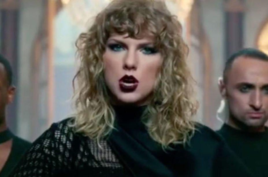 """No teaser do clipe de """"Look What You Made Me Do"""", já percebemos os fios um pouco mais longos e com a aparência mais natural. Já se levantavam suspeitas de que a cantora estava passando por uma transição capilar e o teaser confirmou isso."""