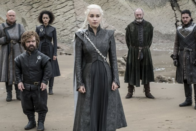 Varys (Conleth Hill), Tyrion (Peter Dinklage), Missandei (Nathalie Emmanuel), Daenerys (Emilia Clarke), Davos (Liam Cunningham), Jon Snow (Kit Harington) – Credito Macall B. Polay_HBO