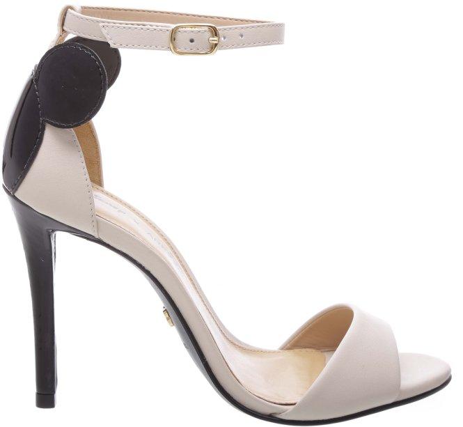 O sapato de salto alto tem as orelhinas na parte de trás muito linda!