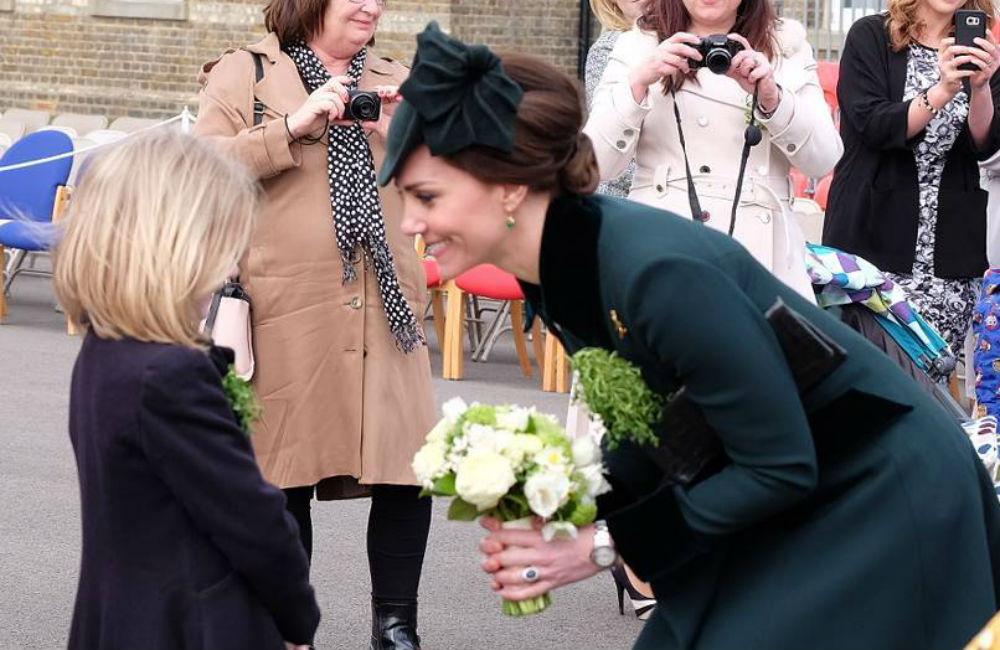 kate-middleton-recebe-flores