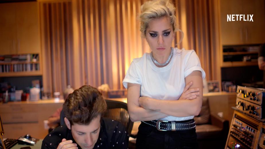 Lady Gaga ao lado do produtor Mark Ronson no documentário Gaga: Five Foot Two
