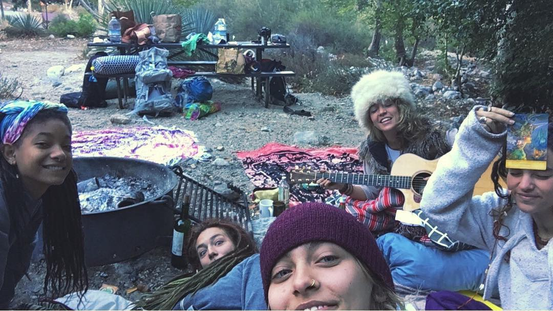 paris-jackson-willow-smith-acampam-na-floresta