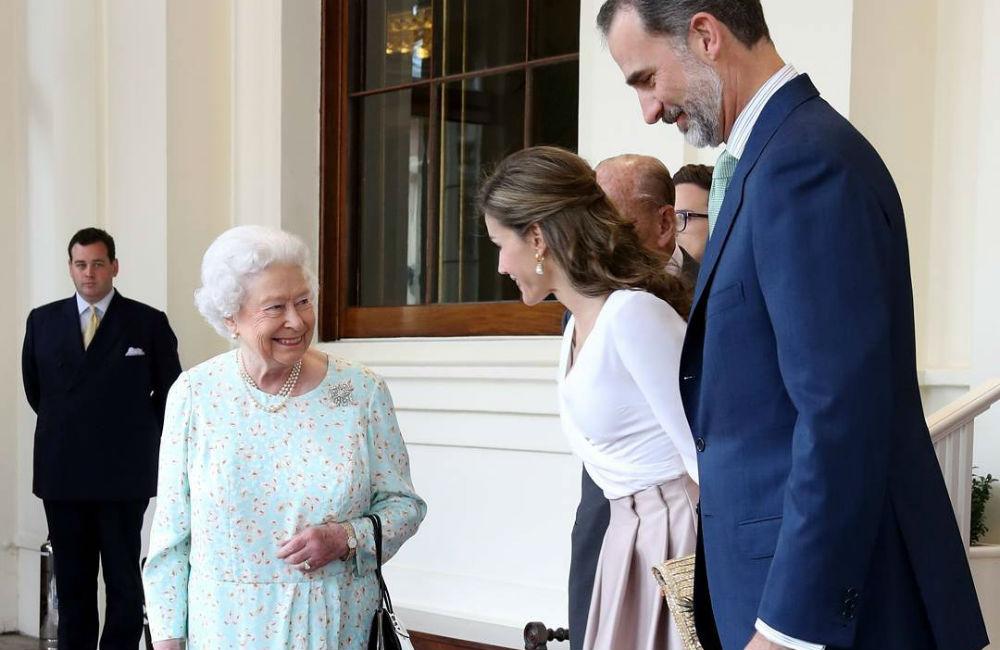 rainha-elizabeth-reverencia