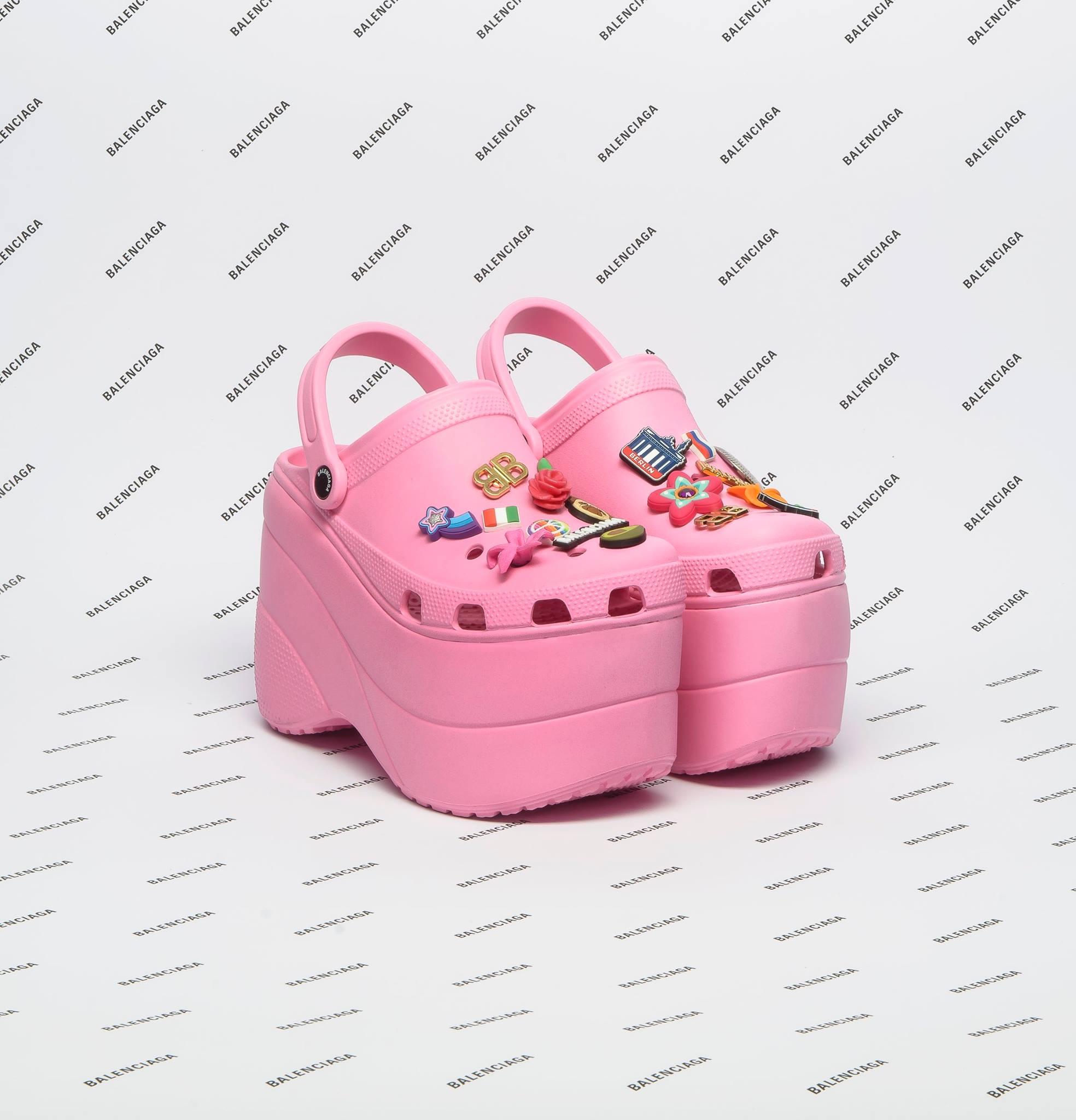 Balenciaga lança Crocs plataforma em sua coleção de Verão 2018.