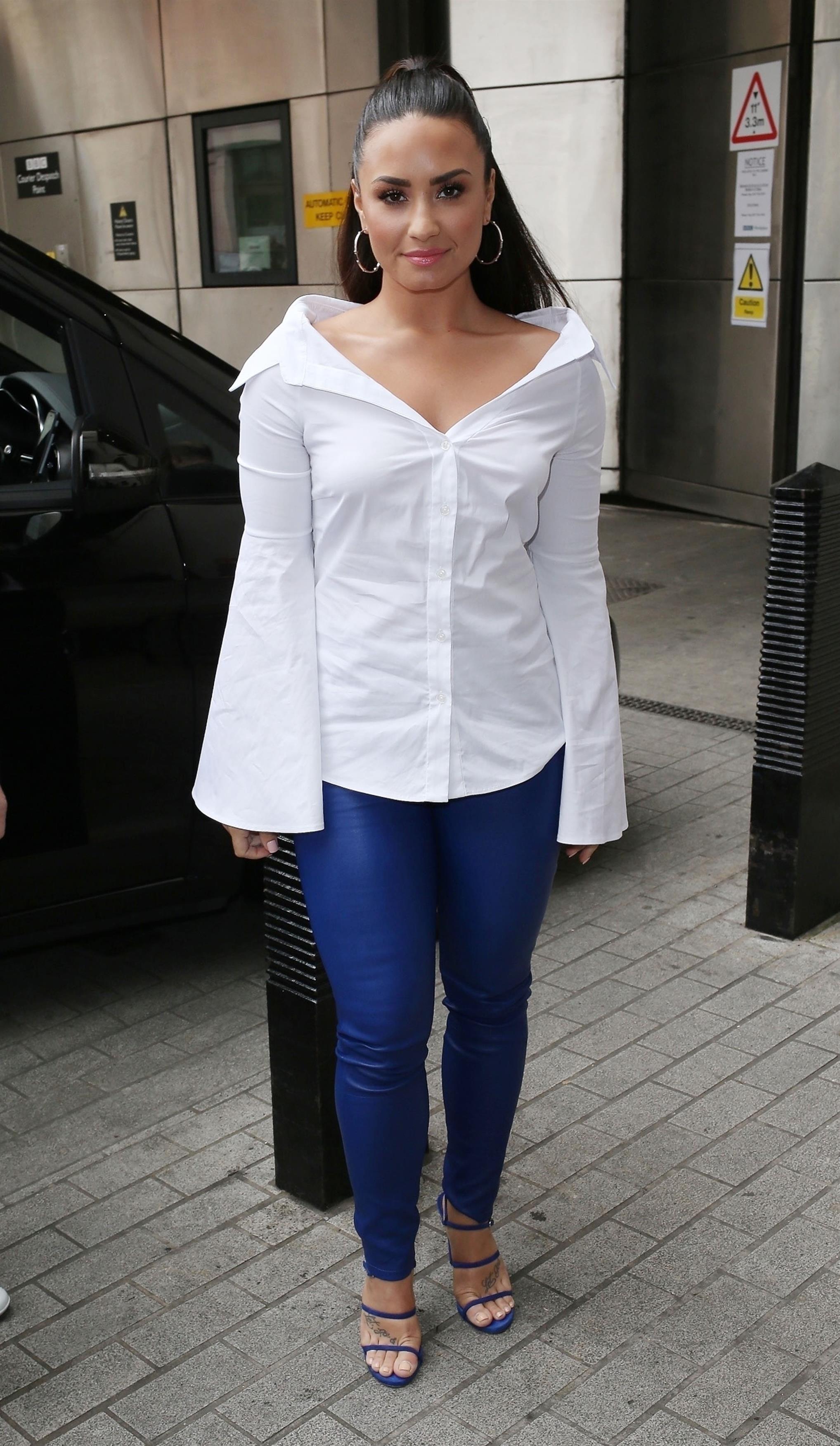 demi-lovato=-look-do-dia-camisa-branca