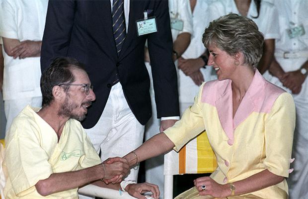 Lady Di dando a mão para um soropositivo